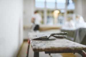 Målare som klipper papp för byggmåleri och entreprenad.